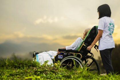 Cuidadora de idoso que dorme no trabalho recebe horas extras e adicional