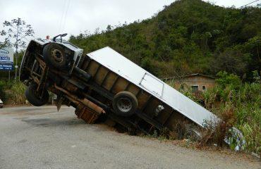 TRF4 determina o pagamento de indenização a empresa de transportes por buracos em rodovia.